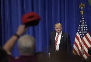 Trump observa apoiadores antes de discurso no Comando Central dos EUA Foto: Susan Walsh / AP