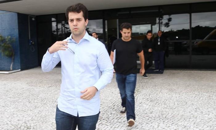 O deputado federal Marco Antônio Cabral (à frente) após visitar o pai, Sérgio Cabral, que na ocasião estava preso em Curitiba Foto: Geraldo Bubniak/14-12-2016 / Agência O Globo