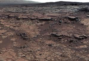 Vista de área da Cratera Gale, em Marte, onde o veículo-robô Curiosity recolheu amostras que evidenciam a existência de um antigo lago, mas não trazem sinais de carbonatos que sustentariam hipótese para o clima no planeta no passado distante que permitiria à água ficar em estado líquido Foto: NASA/JPL-Caltech/MSSS