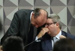 Os senadores tucanos Antônio Anastasia (à dir.) e Aloysio Nunes (PSDB-SP) Foto: Jorge William / Agência O Globo 25/05/2016