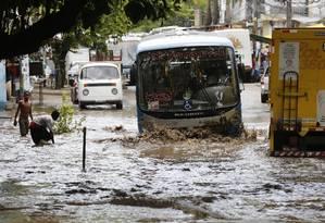 Forte chuva alaga a Estrada do Itanhangá, em 31/01/2015 Foto: Pablo Jacob / Agência O Globo