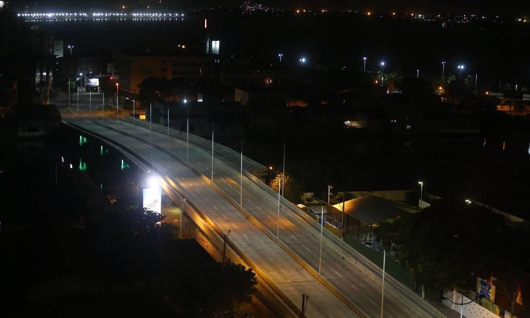 Onda de violencia deixa a principal rua de Vitória deserta. Na foto, a Avenida Rio Branco completamente deserta as 21hs Foto: Pablo Jacob / O Globo