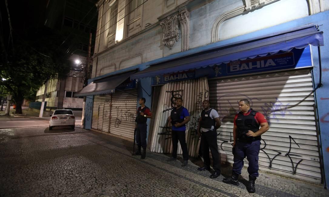 Alguns comerciantes contrataram segurança privada para proteger suas lojas no centro de Vitória Foto: Paulo Whitaker / REUTERS