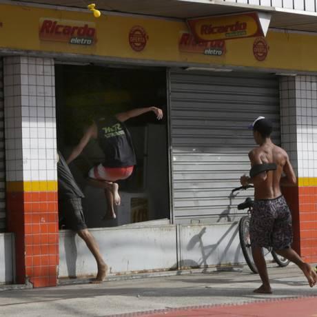 Diversas lojas e estabelecimentos comerciais foram saqueados na capital capixaba Foto: Diego Herculano / AP