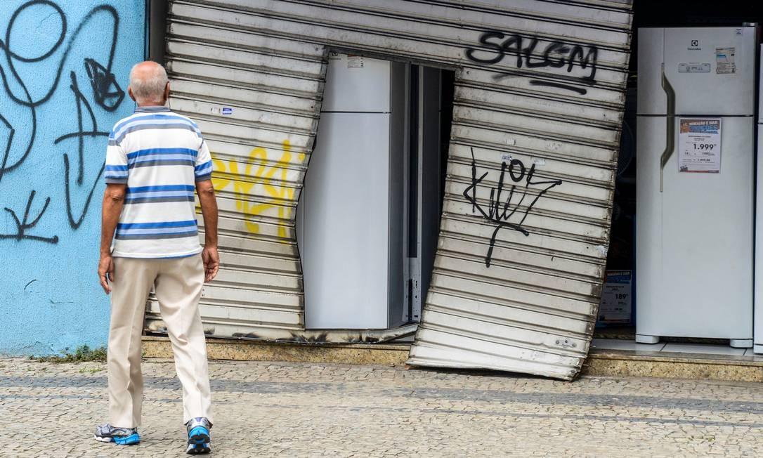 Algumas lojas tiveram suas portas arrancadas durante a onda de violência que tomou conta das ruas no Espírito Santo Foto: STRINGER / REUTERS