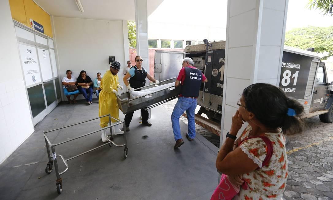Policiais civis transferem corpos de pessoas mortas durante a madrugada, do Serviço de Verificação de Óbitos (SVO) , para o IML Foto: Pablo Jacob / Pablo Jacob