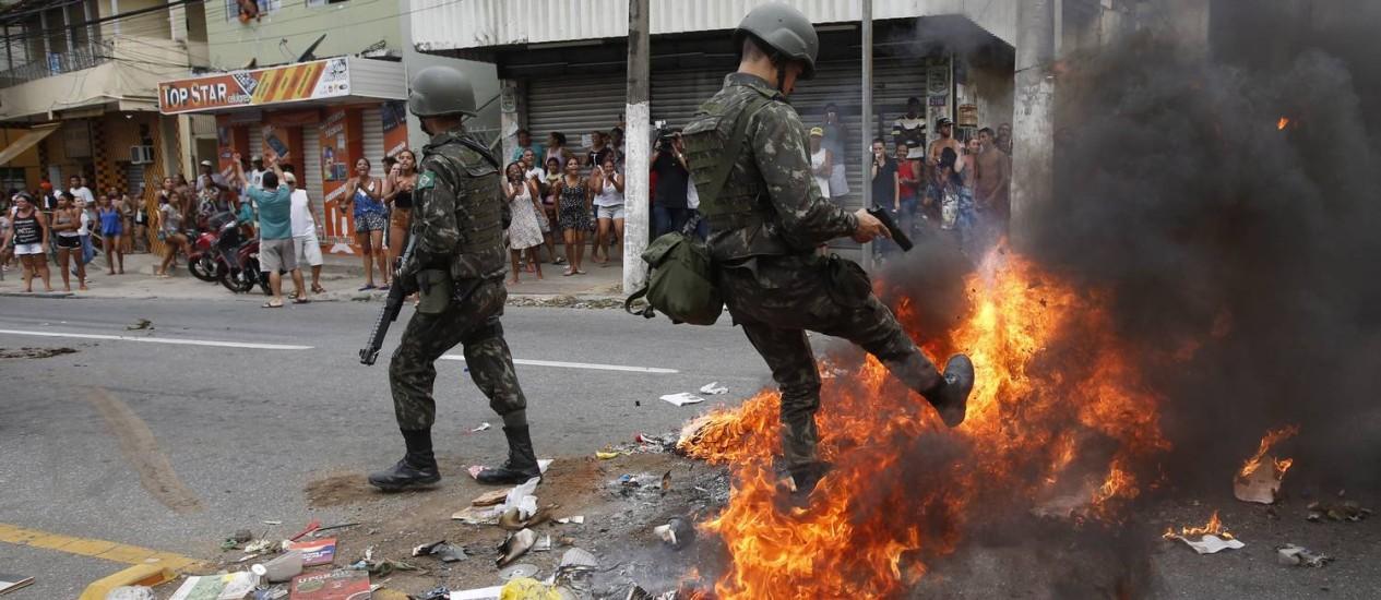 Agentes do Exército interrompem conflito entre manifestantes contra a greve de policiais e familiates de PMS Foto: Pablo Jacob / Agência O Globo