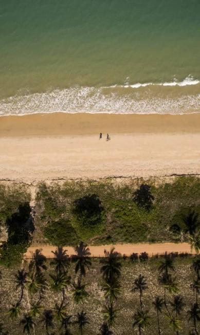 Foto aérea da chegada da equipe de bicicleta pela praia da Ponta do Corumbau Rafael Duarte/Miramundos / Rafael Duarte/Miramundos