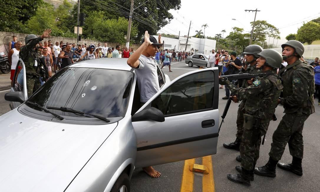 Militares disparam 3 tiros no para brisa de carro após suspeito não parar em bloqueio Foto: Pablo Jacob / Agência O Globo