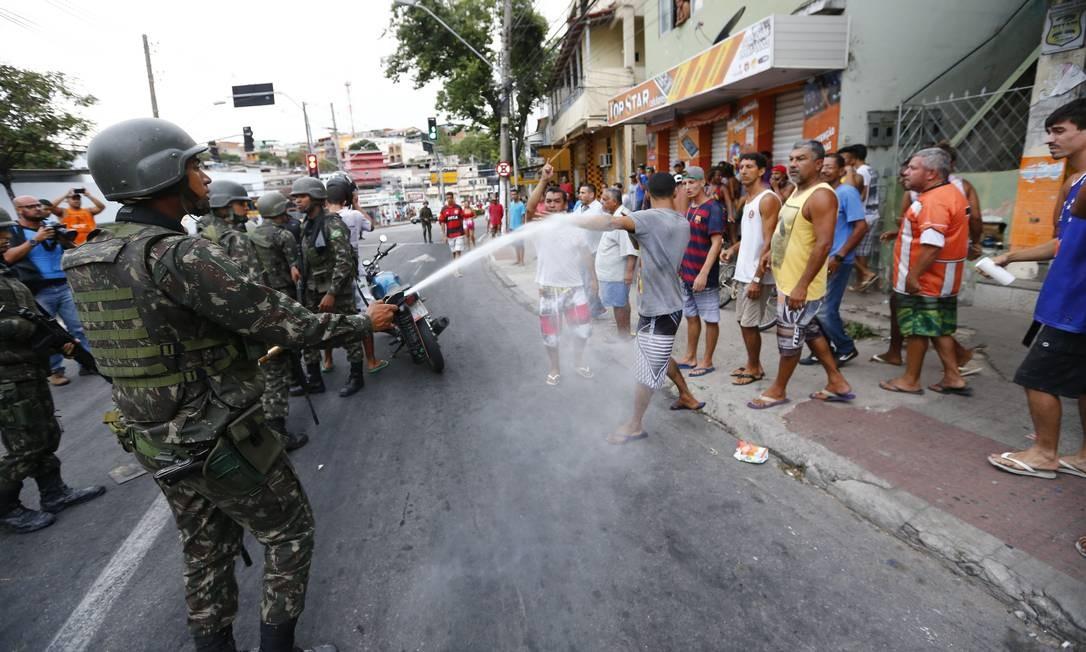 Gás lacrimogênio é usado para dispersar manifestantes Foto: Pablo Jacob / Pablo Jacob