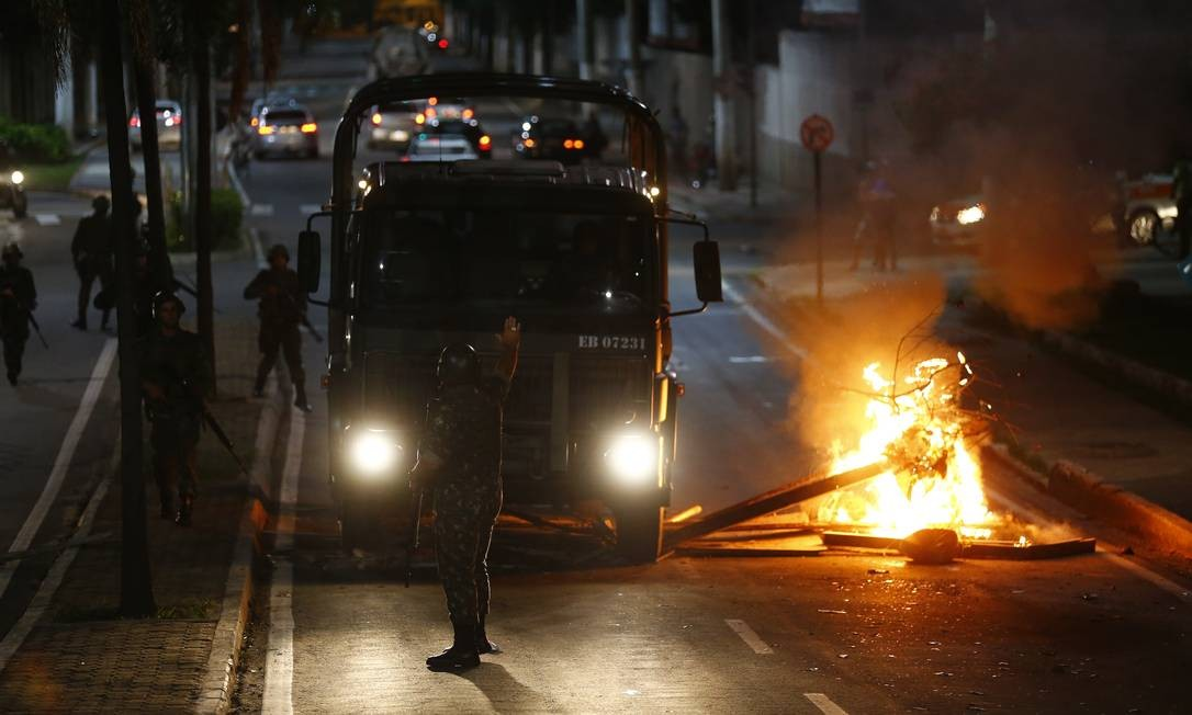Caminhão passa por barricada de fogo na noite de ontem Foto: Pablo Jacob / Pablo Jacob