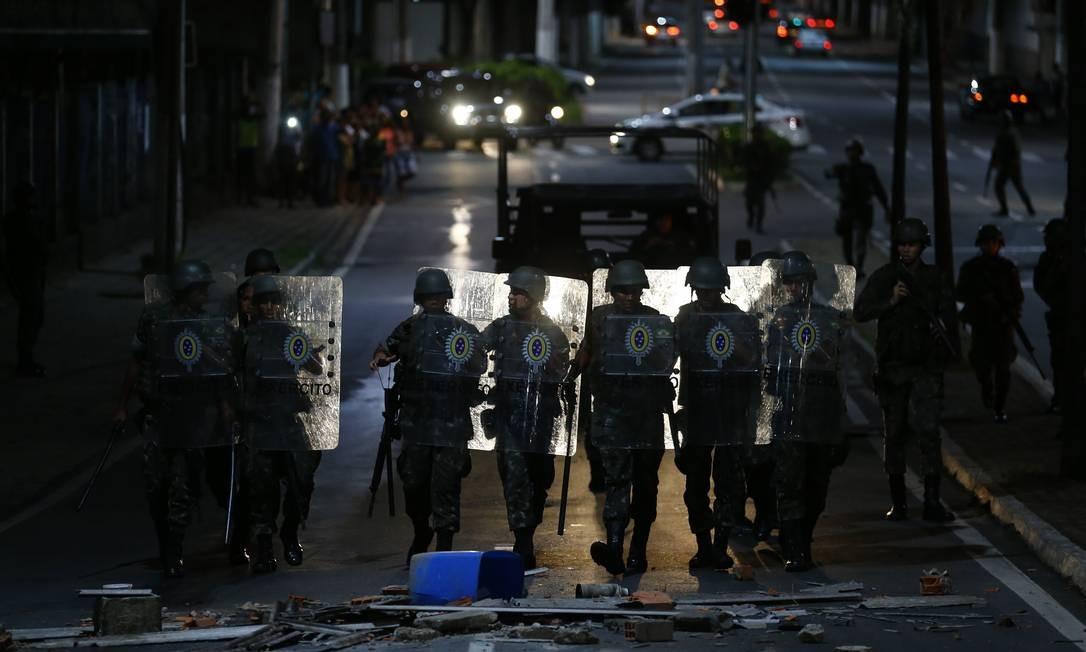Soldados marcharam a noite para dispersar manifestantes Foto: Pablo Jacob / Pablo Jacob