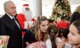 Presidente Michel Temer e a Primeira-Dama Marcela Temer durante entrega de presentes a crianças 16/12/2016