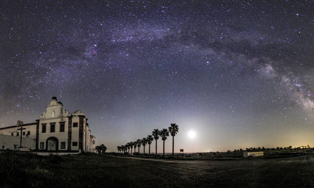 Via Lactea vista sobre o Convento de Orada, em Monsaraz, parte da Reserva Dark Sky de Alqueva, na região do Alentejo, em Portugal. Foto: Miguel Claro/Visita Alentejo/Divulgação