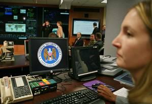 Funcionários usam equipamentos na sede da NSA Foto: Reuters
