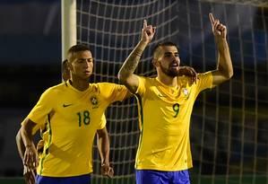 Felipe Vizeu (à direita) comemora o gol que marcou de pênalti na partida contra a Argentina Foto: RODRIGO BUENDIA / AFP