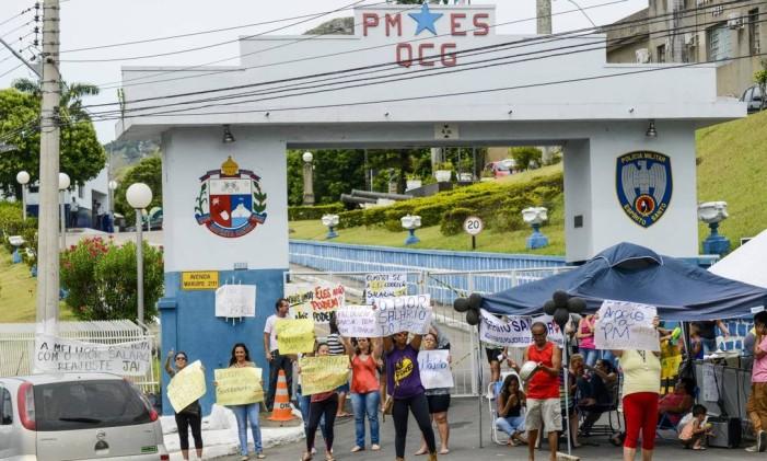 Manifestação de familiares dos Policiais Militares do Espirito Santo em frente ao Batalhao da PM na capital Vitoria Foto: Parceiro / Agência O Globo