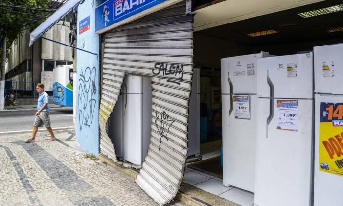 Loja das Casas Bahia que foi arrombada e assaltada na noite de domingo Foto: Parceiro / Agência O Globo