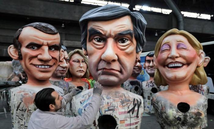 Bonecos representando candidatos à presidência da França recebem toques finais em preparação ao carnaval de Nice, o mais importante do país. Foto: ERIC GAILLARD / REUTERS