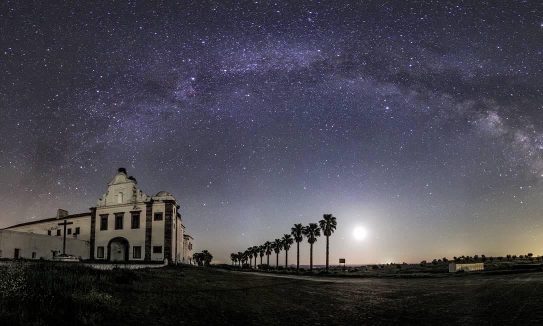A Via Láctea sobre o Convento de Orada, em Monsaraz, no Alentejo. A cidade portuguesa faz parte da Reserva Dark Sky de Alqueva, um dos melhores lugares do mundo para observação de estrelas Foto: Miguel Claro / Turismo do Alentejo/Divulgação