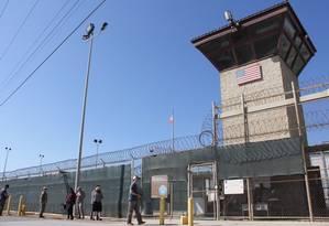 Fachada da prisão de Guantánamo, base militar americana em Cuba. Foto: THOMAS WATKINS / AFP