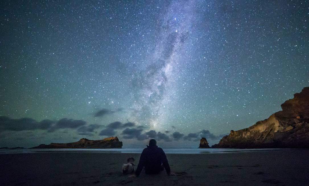 Um mar de estrelas na praia de Castlepoint, na região de Wairarapa, na Nova Zelândia. O país da Oceania também tem um astroturismo bastante organizado Daniel Rood / Turismo da Nova Zelândia/Divulgação