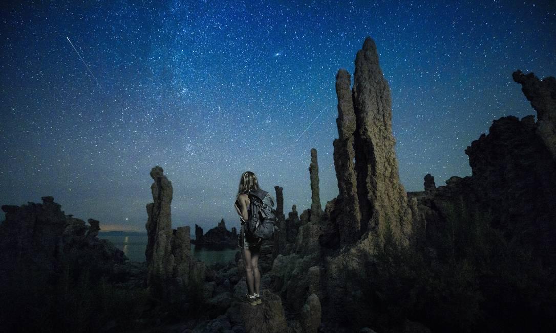 Turista observa o céu no Mono Lake, perto da divisa da Califórnia com Nevada, nos Estados Unidos Visit California / Divulgação