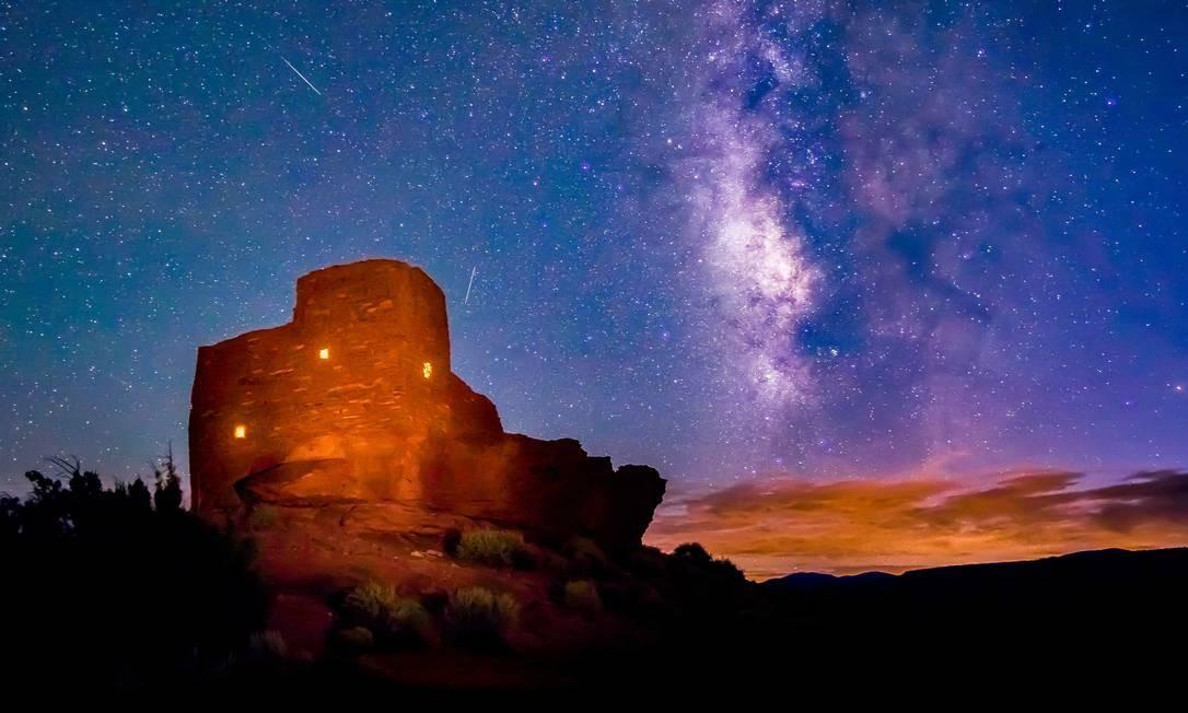 Vista noturna das ruínas de Wukoki Pueblo, em Flagstaff, no Arizona. Parques nacionais dos Estados Unidos, sobretudo no centro e oeste do país, também são destinos populares para o turismo astronômico Foto: kmartin457 / Getty Images/iStockphoto/Brand USA/Divulgação