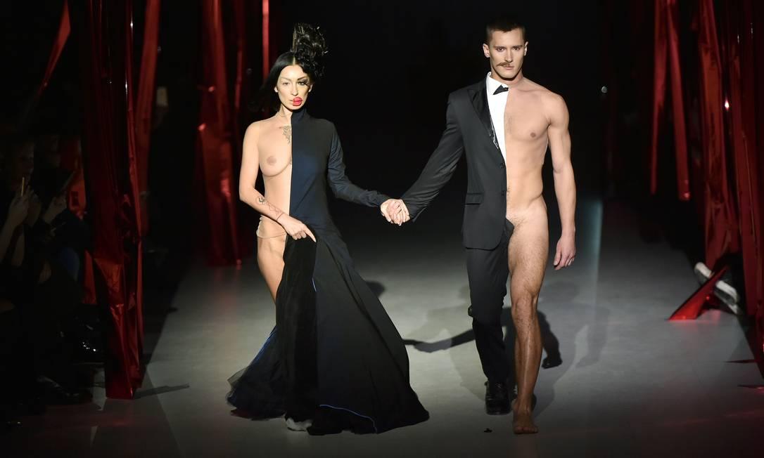 O estilista ucraniano Oleksiy Zalevskiy foi a sensação da semana de moda da Ucrânia, na terça-feira, em Kiev. O tema da coleção era sexo seguro, uma forma de falar sobre o Dia Internacional da Camisinha, comemorado em 13 de fevereiro. Meio vestidos, meio pelados, dois modelos roubaram a cena SERGEI SUPINSKY / AFP