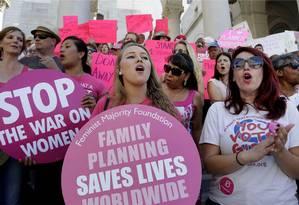 Manifestantes pró-Planned Parenthood defendem manutenção de ONG focada em saúde reprodutiva Foto: Nick Ut / AP
