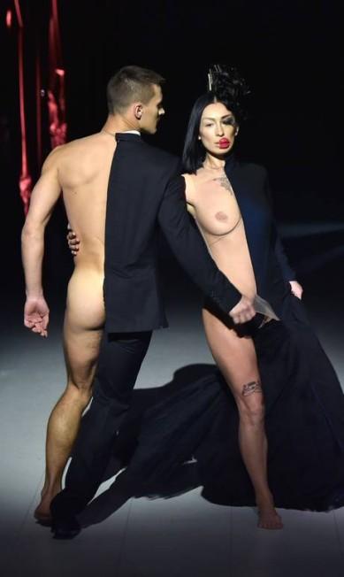 A performance da dupla na passarela. Este foi o assunto da semana de moda da Ucrânia SERGEI SUPINSKY / AFP