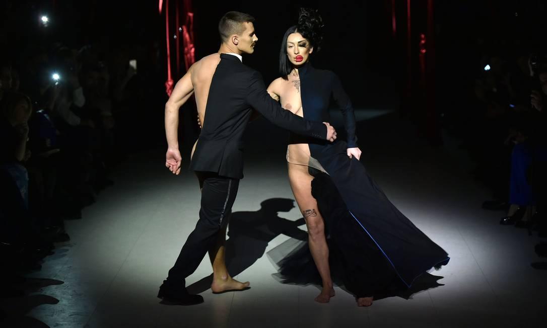 A performance da dupla na passarela SERGEI SUPINSKY / AFP