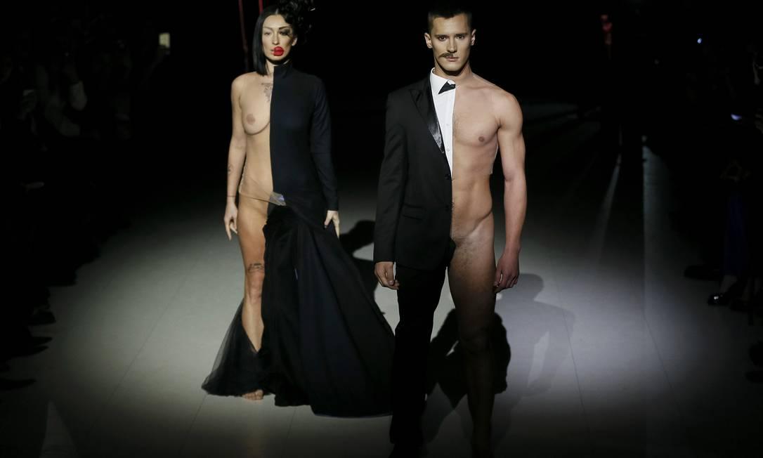 Meio vestidos, meio pelados os modelos fazem sucesso na semana de moda da Ucrânia VALENTYN OGIRENKO / REUTERS