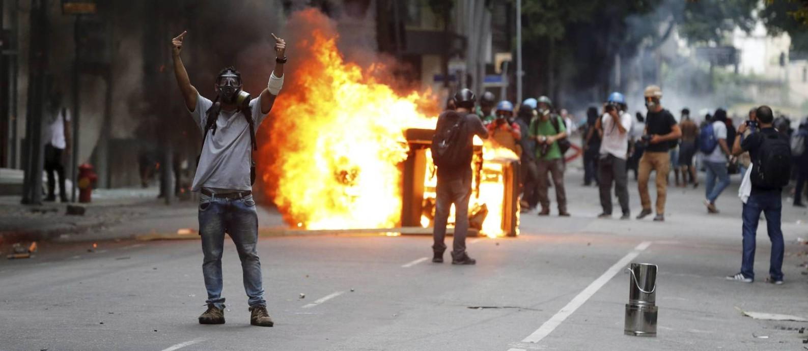 Protesto contra a privatização da Cedae termina em violência no Rio Foto: Domingos Peixoto / Agência O Globo