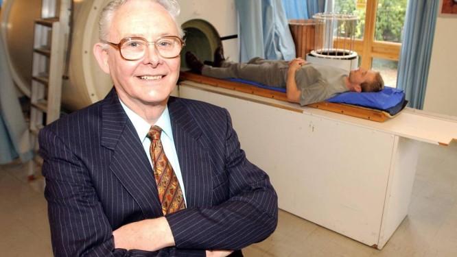 Mansfield em clínica de ressonância magnética em Nottingham, no Reino Unido, em imagem de arquivo de 2003, ano em que ganhou o Prêmio Nobel de Fisiologia ou Medicina Foto: David Jones / AP/David Jones