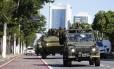 Na rua. Veículos blindados da Marinha patrulham avenida de Vitória: impasse entre governo e Polícia Militar continua e ajuda das Forças Armadas e Força Nacional vai aumentar