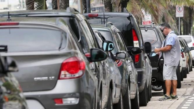 Carros estacionados ao longo da Avenida Delfim Moreira, na orla do Leblon Foto: Custódio Coimbra / Custódio Coimbra/14-01-2017