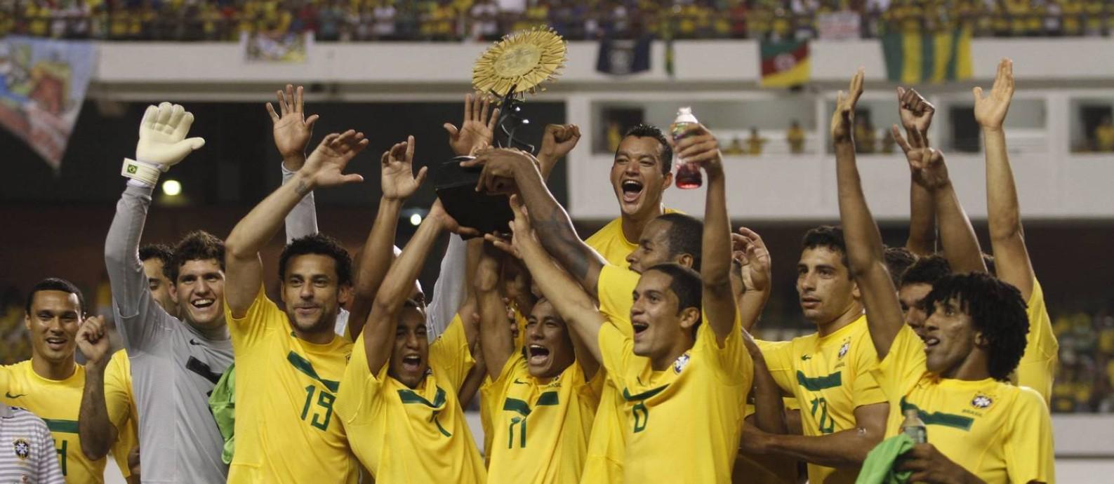 Jogadores da seleção brasileira erguem o troféu do Superclássico das Américas no Mangueirão, em Belém: torneio tem história tumultuada Foto: Antonio Cicero / Fotoarena