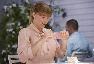 No episódio 'Nosedive', da série 'Black Mirror', personagem se preocupa em tirar foto para redes sociais antes de comer Foto: Reprodução / Netflix