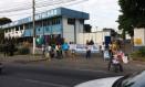 Familiares de PMs fazem protesto em frente ao 12º BPM nesta sexta-feira Foto: Foto de leitor