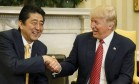 Abe e Trump se cumprimentam durante reunião no Salão Oval Foto: JIM BOURG / REUTERS