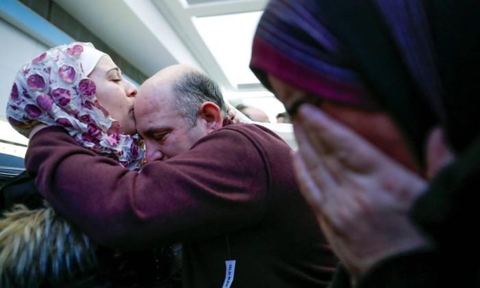 Refugiada síria beija o pai após chegada da família ao aeroporto internacional de Chicago Foto: KAMIL KRZACZYNSKI / REUTERS