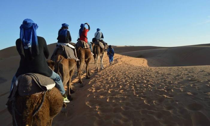 Passeio de dromedário no Deserto do Saara, no Marrocos Foto: Silvia Amorim / O Globo