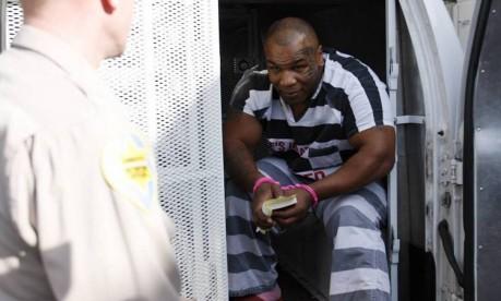Reincidente. Atrás das grades: o campeão Mike Tyson deixa o carro da polícia no Arizona, nos Estados Unidos, onde havia sido detido, no dia anterior, por posse de drogas e por dirigir embriagado Foto: Jeff Topping 20/11/2007 / Reuters
