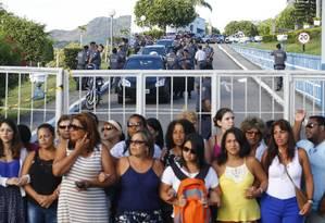 Os PMs seguem dentro dos quartéis e mantêm a paralisação iniciada há uma semana, no sábado passado, enquanto as mulheres e familiares completam o movimento ocupando as entradas dos batalhões Foto: Pablo Jacob / Agência O Globo