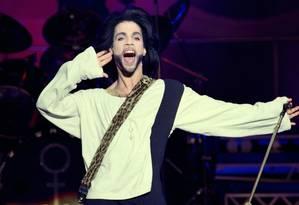O cantor Prince, durante apresentação no estádio Parc des Princes, em Paris, no ano de 1990 Foto: Bertrand Guay/AFP/16-6-1990