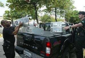 Policiais apreendem computadores de investigados pela operação Banestado; saldo foi de processos prescritos e réus impunes Foto: Rosane Marinho/17-8-2004
