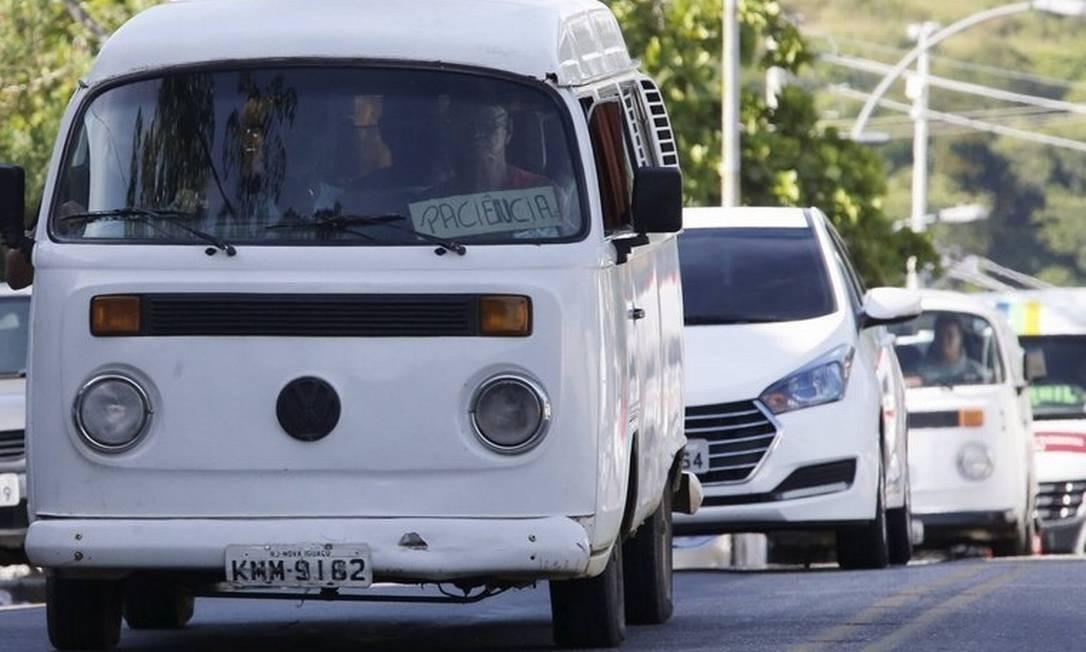 Kombi circula em Paciência: veículo mal conservado Foto: Agência O Globo / Domingos Peixoto