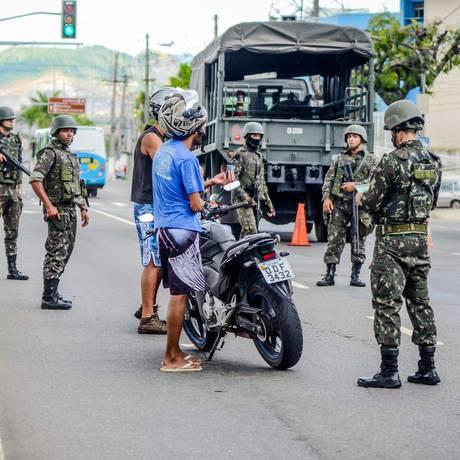 Homens do Exército fazem revista em rua da Grande Vitória Foto: Parceiro / Bruno Lopes