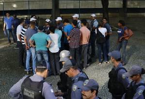 Após um pedido do governo, alguns PMs se apresentam para o serviço na praça 8, no Centro de Vitória Foto: Pablo Jacob / Agência O Globo